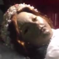 【恐怖】口リ少女「時は満ちた目覚めの時だ」 300年前に死んだ子どもの目が開くとかwww ※動画
