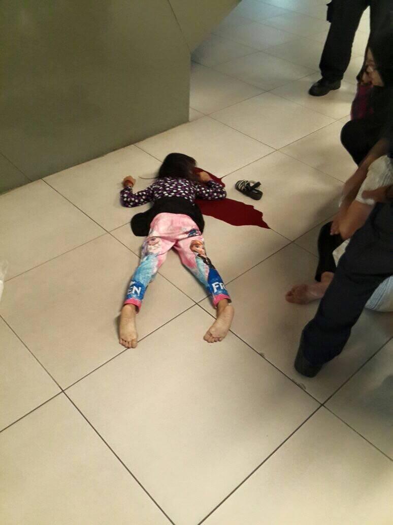 【口リ死体】お母さんがメール打っていた少しの間にエスカレーターから転落死した6歳児・・・ ※グロ画像