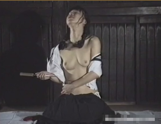 【エログロ動画】女子高生がセーラー服で切腹しながら内臓引きずり出す自撮りしとる