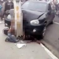 【事故映像】車と電柱にサンドイッチされた女性の末路・・・
