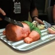 【衝撃】何やら危ない臭いがプンプンする。赤ちゃん型ケーキに入刀。