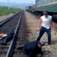 【衝撃映像:喧嘩】容赦ないロシア人 一方的に3人をぶん殴る