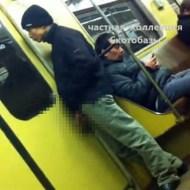 【鬼畜動画:馬鹿】電車でアレを出してシコシコしてる男を見て爆笑する女たちw