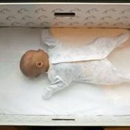 【閲覧注意】生まれたばかりの赤ちゃんを捨てる母親の悲しいビデオ