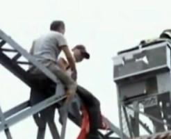 【閲覧注意:自殺】クレーンから飛び降り自殺をしようとしている男性を突き落とす男性