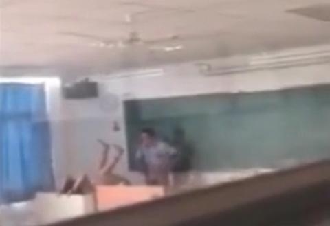教室内で教師が生徒達と思いっきり腰振ってSEXしてる・・・(ムービー)