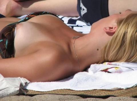 夏のビーチやプールで避けられないハプニングがこちら・・・(20枚)