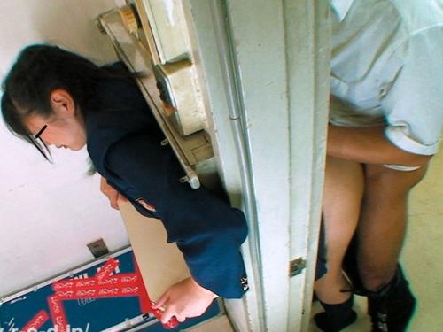 (実験)お乳が窓枠に挟まって身動きできない10代小娘を放置した結果wwwwwwwwwwwwwwwwwwwwww(※写真あり)
