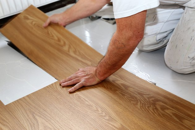 Vinylboden Rollenware Problems With Vinyl Self-stick Floor Tiles | Hunker