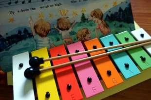 適合孩子的英文音樂教具|小小音樂家創意舞台組|聽CD,敲鐵琴,唱英文