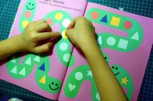 引導孩子不粗心 Colours & Shapes遊戲貼紙書 還可以玩指令遊戲
