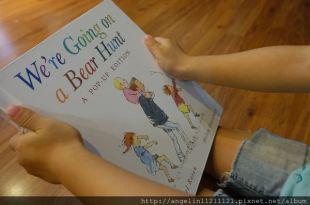 一本聽的見聲音的立體書●We're Going on a Bear Hunt●孩子聽的津津有味了