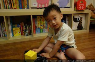 同大爺書報●快樂的黃色小盒子B is for Box●立體書的基礎認知書單