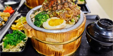 台中北區一中街美食 | 虎川-山丼本舖。平價好吃,疊高高大份量的木桶丼飯。自助式白飯、味噌湯、紅茶、麥茶無限續。