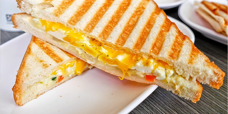 台中早餐店 | 日安早餐食坊-熱壓板烤吐司外皮軟又香酥,餡料扎實,招牌白醬咕咕雞~就喝甲啦。