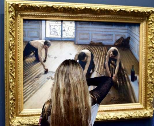 Des visiteurs de musées assortis aux tableaux qu\u0027ils regardent