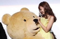 小嶋陽菜のハグをめぐってクマさんたちが大興奮 映画「テッド2」プレミアムイベントでセクハラが…