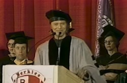 デヴィッド・ボウイがジョン・レノンとの思い出を語った1999年卒業式スピーチ