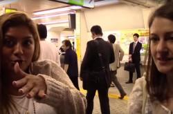 外国美女の地下鉄探検 都内屈指のアートな駅はどこ?