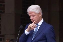クリントン元大統領が若者たちに託した願い 「私たち」と「彼ら」の垣根を乗り越えるために