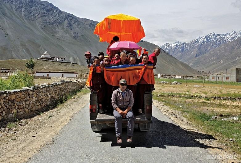 부처님 오신 날에는 학교의 모든 학생이 축하 행사에 참석한다. 아이들이 과학 교사 타쉬 남그얄(Tashi Namgyal)과 함께 행사장으로 가고 있다.