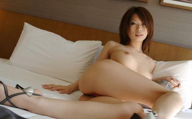 【ヌード画像】ベッドの上で美女が脱ぐ!惜しげもなく肌をさらす姿に感動(34枚) 02