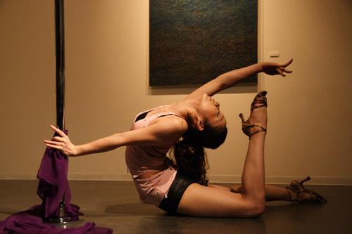 【ヌード画像】ポールダンスのエロさ爆発!棒に絡みつく美女の肢体が艶めかしいw(30枚) 17