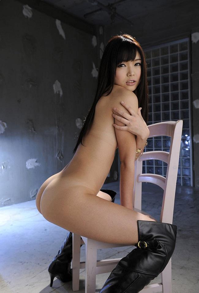 【ヌード画像】裸で椅子に座った美女が妙にそそるw(30枚) 05