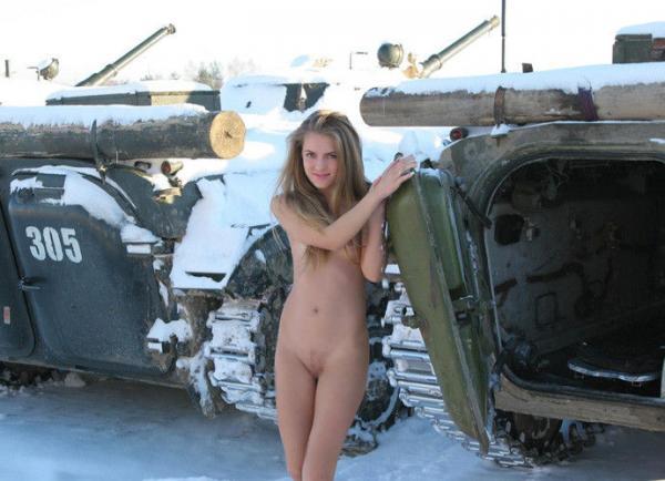 【ヌード画像】雪の上で素肌をさらす露出美女w(30枚) 26