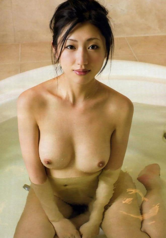 【ヌード画像】美女がさらす生おっぱいのエロさは異常w(30枚) 06