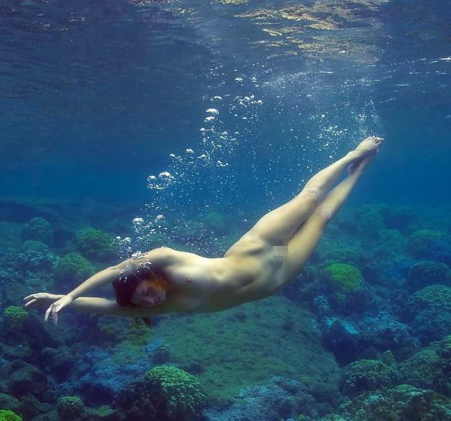 【ヌード画像】水中ヌードが超エロい!浮力で上向くおっぱいや,水でのバックヌードは死ぬほどエロい!(50枚) 20