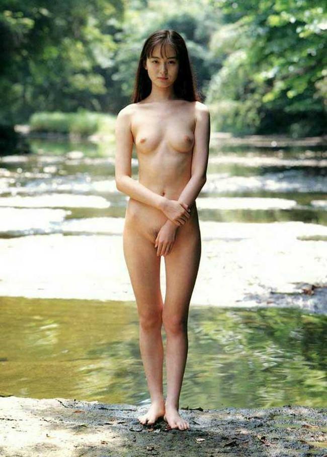 【ヌード画像】エロいヌードは恥じらいがあってナンボ!手で隠してチラ見せしたりはにかんだりと超エロい画像集(50枚) 14