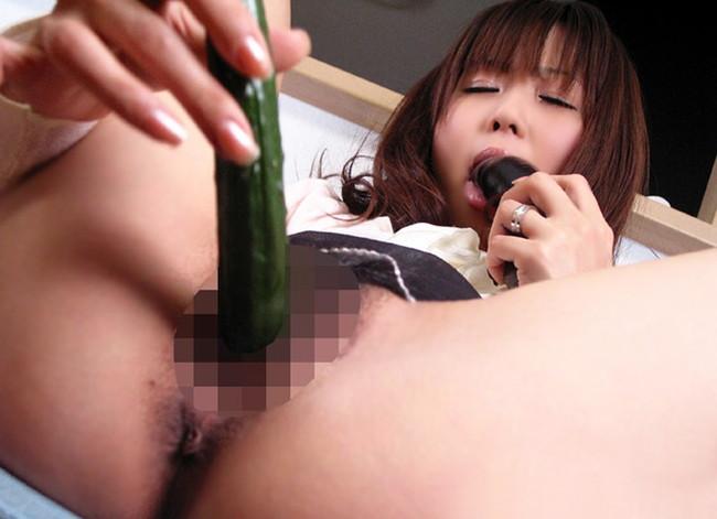 【ヌード画像】股間に野菜突っ込んじゃってるヌード画像が笑えるけどクッソエロいwwオーガニックなエロ画像集(50枚) 37