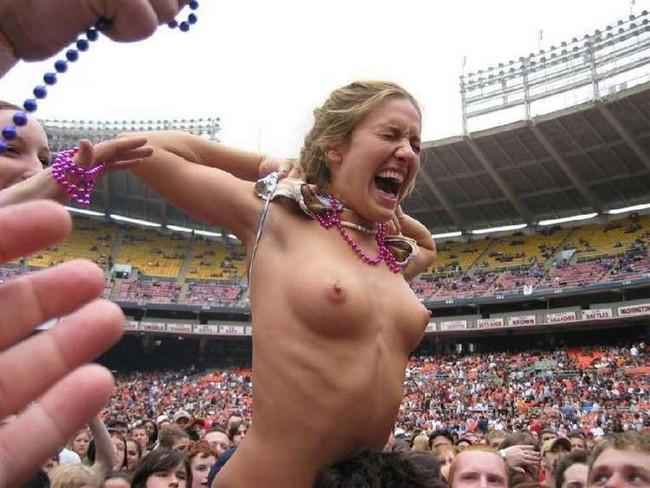 【ヌード画像】海外音楽フェスで極まって脱いじゃってる女の子の画像集!どさくさに紛れて揉めないですかねw(50枚) 06