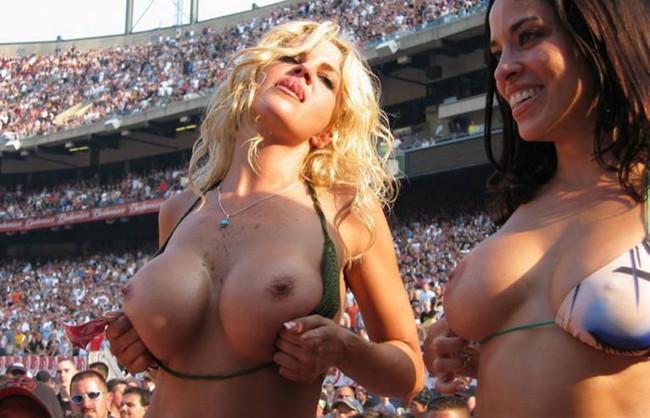 【ヌード画像】海外音楽フェスで極まって脱いじゃってる女の子の画像集!どさくさに紛れて揉めないですかねw(50枚) 25