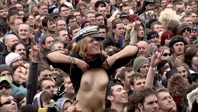 【ヌード画像】海外音楽フェスで極まって脱いじゃってる女の子の画像集!どさくさに紛れて揉めないですかねw(50枚) 46