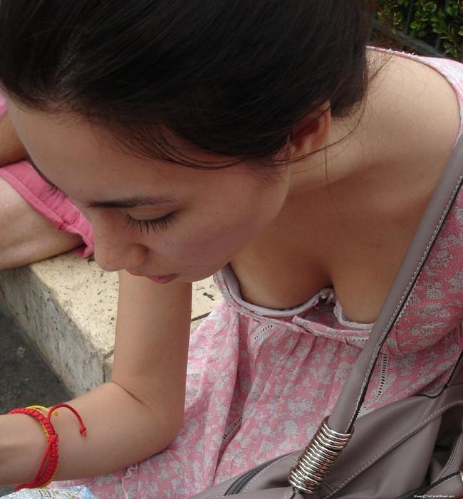 【ヌード画像】見えた瞬間に恋に落ちる!街中でとらえた胸チラ画像を50枚集めたら、妄想で50人の彼女ができた気分ですww(50枚) 31