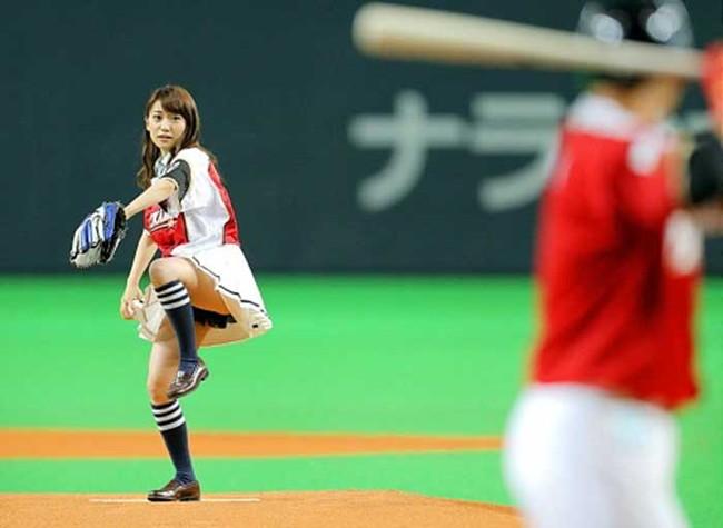 【ヌード画像】女の子が野球のユニフォーム着ると想像以上にエロくなるという事を女性自身はまだ知らないのだろうか?野球ユニのセクシー画像(50枚) 35
