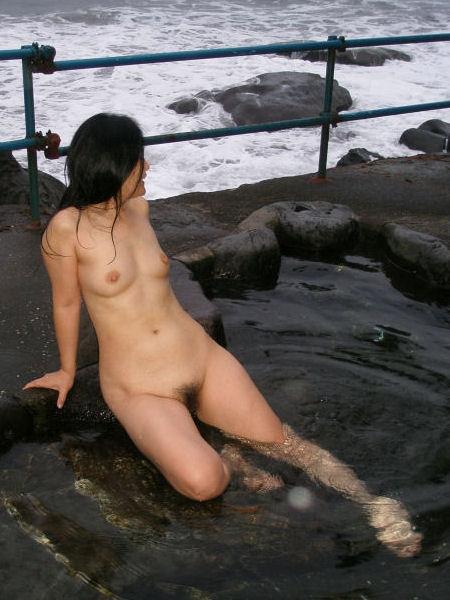 【ヌード画像】混浴露天風呂でタオルすら巻かない露出狂の素人画像(30枚) 05