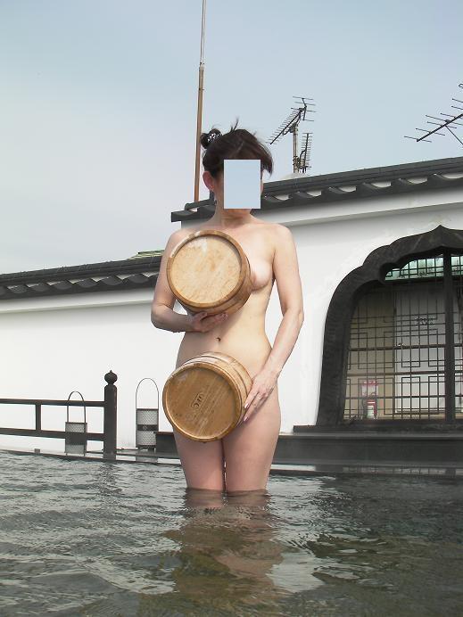 【ヌード画像】混浴露天風呂でタオルすら巻かない露出狂の素人画像(30枚) 09