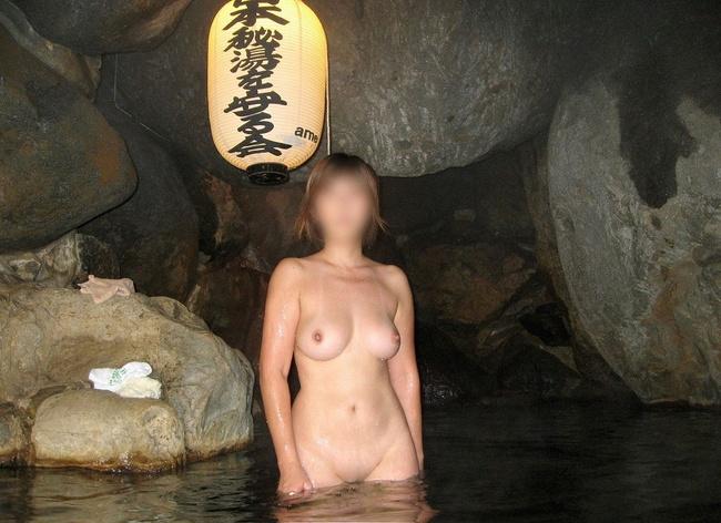 【ヌード画像】混浴露天風呂でタオルすら巻かない露出狂の素人画像(30枚) 17