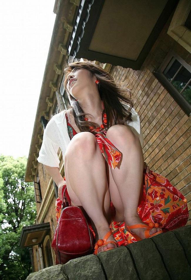 【ヌード画像】野外で中腰に座ってパンツを見せてくれてる画像(30枚) 14