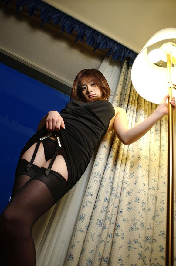 【ヌード画像】ガーターベルト太ももと美尻を最高に際立たせる(30枚) 09