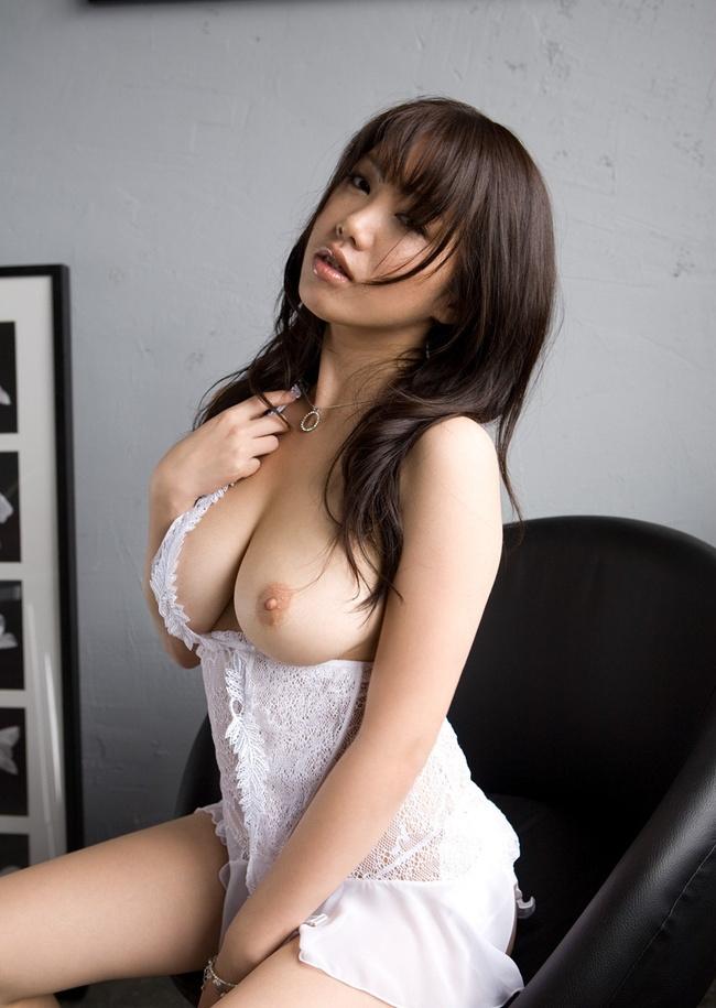【ヌード画像】まん丸メロン系の巨乳と爆乳画像まとめ(30枚) 15