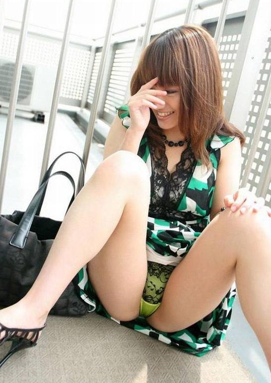 【ヌード画像】スカートで座って膝を上げるとパンモロする(31枚) 07