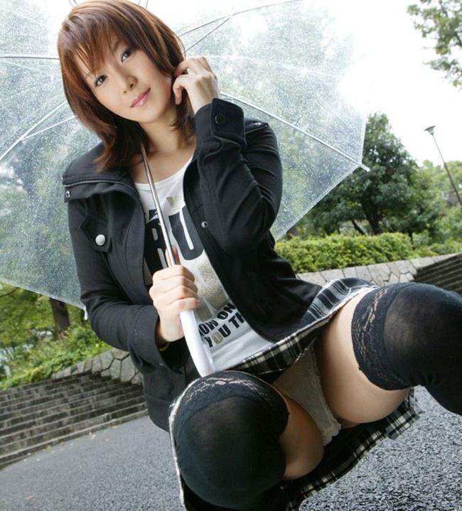 【ヌード画像】スカートで座って膝を上げるとパンモロする(31枚) 25
