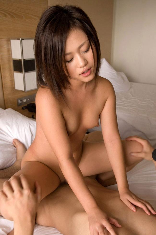 【ヌード画像】下乳フルヌードと喘ぐ女性を同時に楽しめる騎乗位(30枚) 02