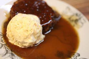 weihnachten 2012 - dessert: sticky toffee pudding mit toffee sauce und vanillekipferlparfait