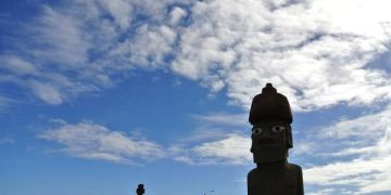《南美》智利復活島。早餐後的海邊閒晃。巧遇高帽子moai