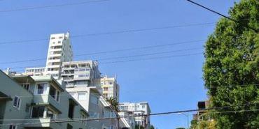 美國加州。舊金山。Lombard Street。九曲花街~世界最彎的街道
